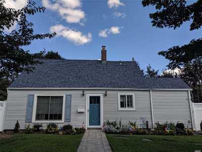 Levittown Single Family Home For Sale: 11 Quaker Ln