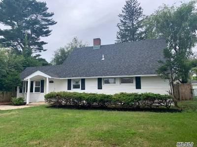 Levittown Single Family Home For Sale: 17 Tarry Ln