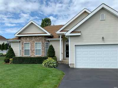 Holtsville Single Family Home For Sale: 4 Foxglove Ct
