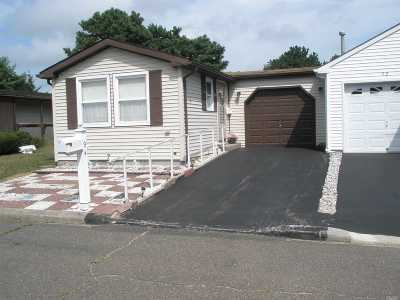 Manorville Condo/Townhouse For Sale: 94 Village Circle W