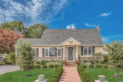 East Islip Single Family Home For Sale: 61 Wantagh Ave