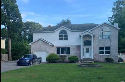 East Islip Single Family Home For Sale: 24 Naugatuck Ln