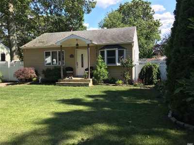 Holbrook Single Family Home For Sale: 14 Doradell Dr