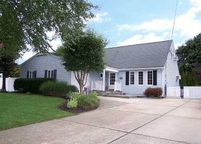 Holbrook Single Family Home For Sale: 36 Normandy Dr