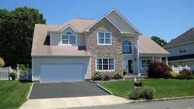 Holtsville Single Family Home For Sale: 67 Summerfield Dr Dr