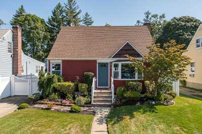 Hewlett Single Family Home For Sale: 32 Avalon Rd