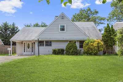 Levittown Single Family Home For Sale: 32 Boat Ln