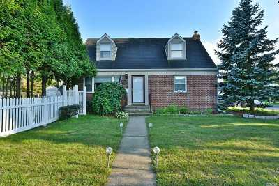 Merrick Single Family Home For Sale: 1079 North Dr