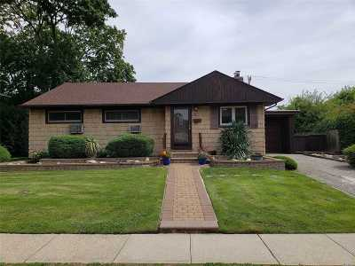 Plainview Single Family Home For Sale: 24 Stratford Rd