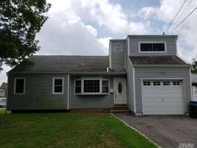 Deer Park NY Single Family Home For Sale: $299,000