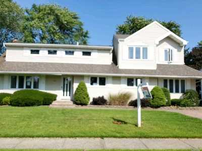 West Islip Single Family Home For Sale: 672 N Dyre Ave
