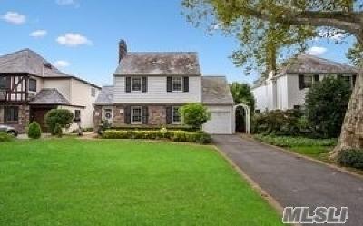 Rockville Centre Single Family Home For Sale: 83 Strathmore Lane