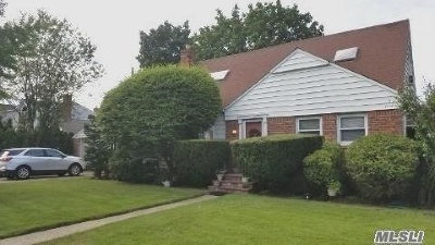 Merrick Single Family Home For Sale: 24 Columbine Ave