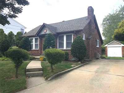Copiague Single Family Home For Sale: 435 Great Neck Rd