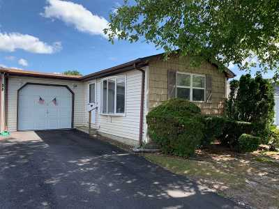 Manorville Condo/Townhouse For Sale: 28 Dogwood Ln