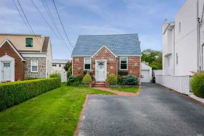Merrick Single Family Home For Sale: 6 Whaleneck Dr