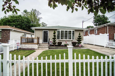 Single Family Home For Sale: 45 Suffolk Avenue
