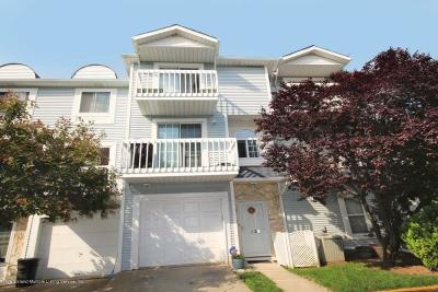 Condo/Townhouse For Sale: 32 Country Drive N #A