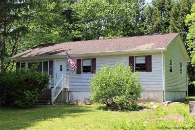 Middletown Single Family Home For Sale: 44 Manor Lane