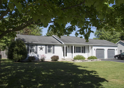 Queensbury Single Family Home For Sale: 43 Oak Tree Circle
