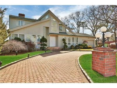 New Rochelle Single Family Home For Sale: 11 Hampton Oval