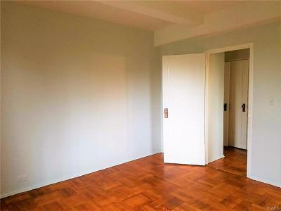 Bronx Condo/Townhouse For Sale: 81 Metropolitan Oval #4H