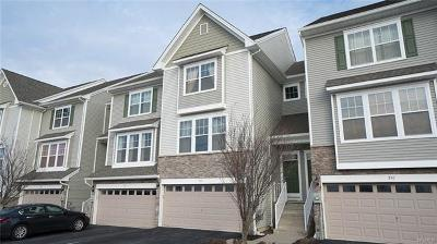 Condo/Townhouse For Sale: 208 Hawthorn Way