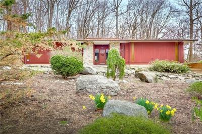 Pomona Single Family Home For Sale: 6 Chestnut Drive