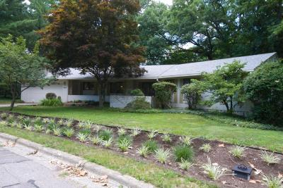 Columbus Single Family Home For Sale: 406 Village Drive