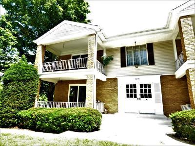 Cincinnati Condo/Townhouse For Sale: 6049 Woodford Court #1