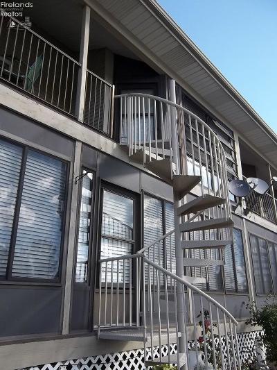Oak Harbor Condo/Townhouse For Sale: 8906 W Canada Goose Court
