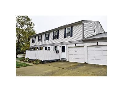 Middleburg Heights Condo/Townhouse For Sale: 20426 Williamsburg Ct #303b