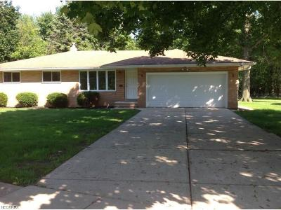 Middleburg Heights Single Family Home For Sale: 6909 Middlebrook Blvd