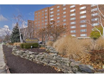 Lakewood Condo/Townhouse For Sale: 11820 Edgewater Dr #617