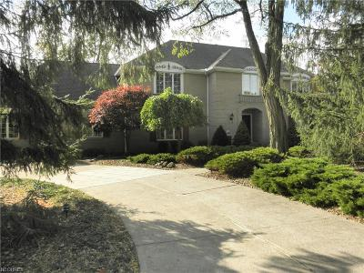 North Royalton Single Family Home For Sale: 8400 Oak Knoll Ct