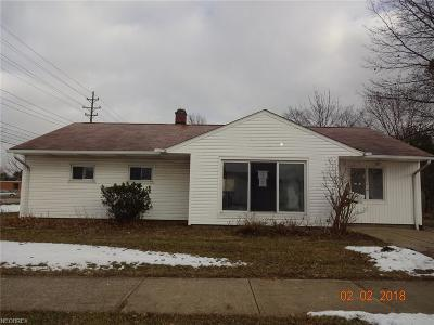 Parma Heights Single Family Home For Sale: 11471 Snow Rd