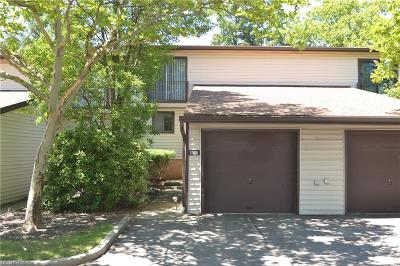 Middleburg Heights Condo/Townhouse For Sale: 7378 Pine Ridge Ct #A23