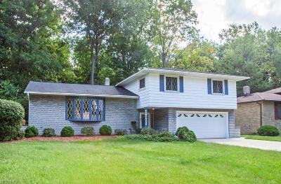 Middleburg Heights Single Family Home For Sale: 7433 Stonybrook Dr