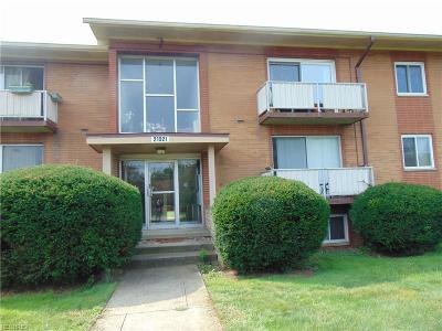 Rocky River Condo/Townhouse For Sale: 21921 River Oaks #D11