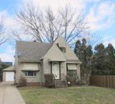 Maple Heights Single Family Home For Sale: 18413 Edinboro Ave