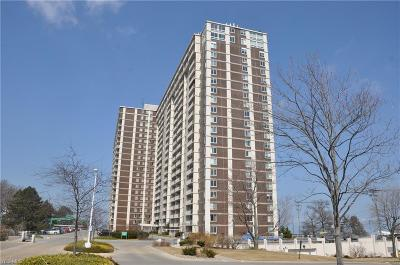 Lakewood Condo/Townhouse For Sale: 12900 Lake Ave #522