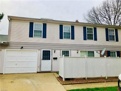 Middleburg Heights Condo/Townhouse For Sale: 20442 Williamsburg Ct