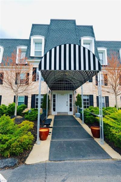 Condo/Townhouse Contingent: 1851 King James #302