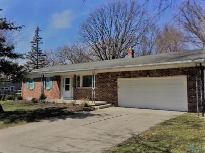 Perrysburg Single Family Home For Sale: 215 Meadowwood Drive