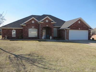 Chickasha Single Family Home For Sale: 2208 Lakewood Drive