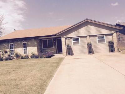 Moore Single Family Home For Sale: 753 Camelot Dr.