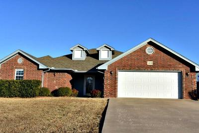Chickasha Single Family Home For Sale: 2205 Lakewood Drive