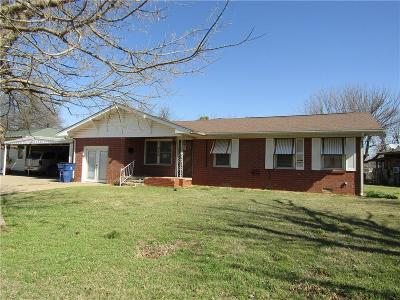 Single Family Home For Sale: 502 Pryor