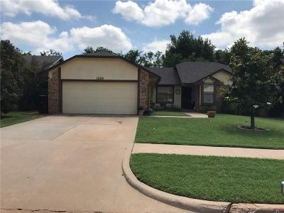 Moore Single Family Home For Sale: 1008 David