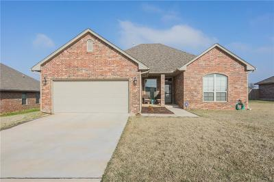 Moore Single Family Home For Sale: 525 Whispering Oaks